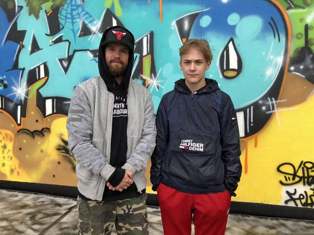 Joonas Koskinen (vas.) ja Kalle Korpela opastavat suppailuun Kennonnokan uimarannalla.