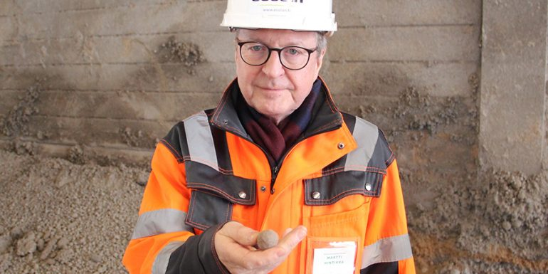 Ecolan Oy:n Martti Hintikka esittelee yrityksen valmistamia lannoiterakeita.