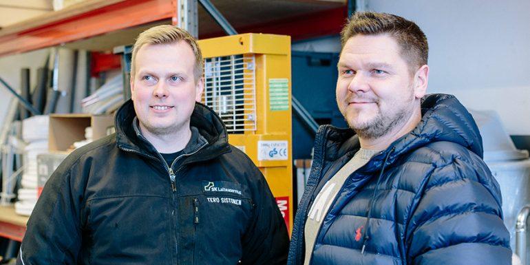 SK Laiteasennuksen yrittäjät Tero Sistonen ja Jarkko Keskinen yrityksen varastotiloissa.