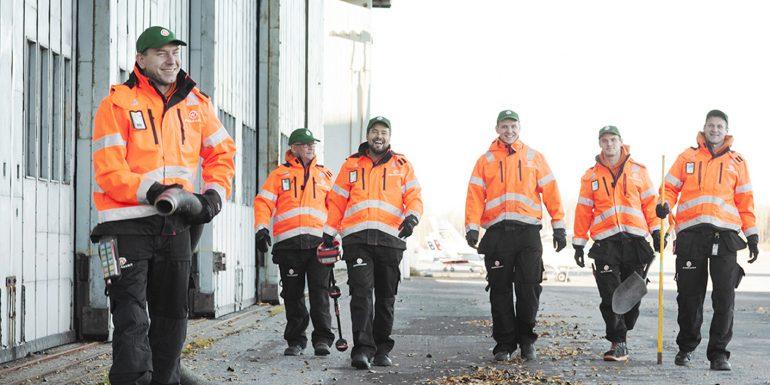 Hurrikaanit Ympäristöhuolto Oy:n henkilöstöä työvaatteissa toimitilansa ulkopuolella.