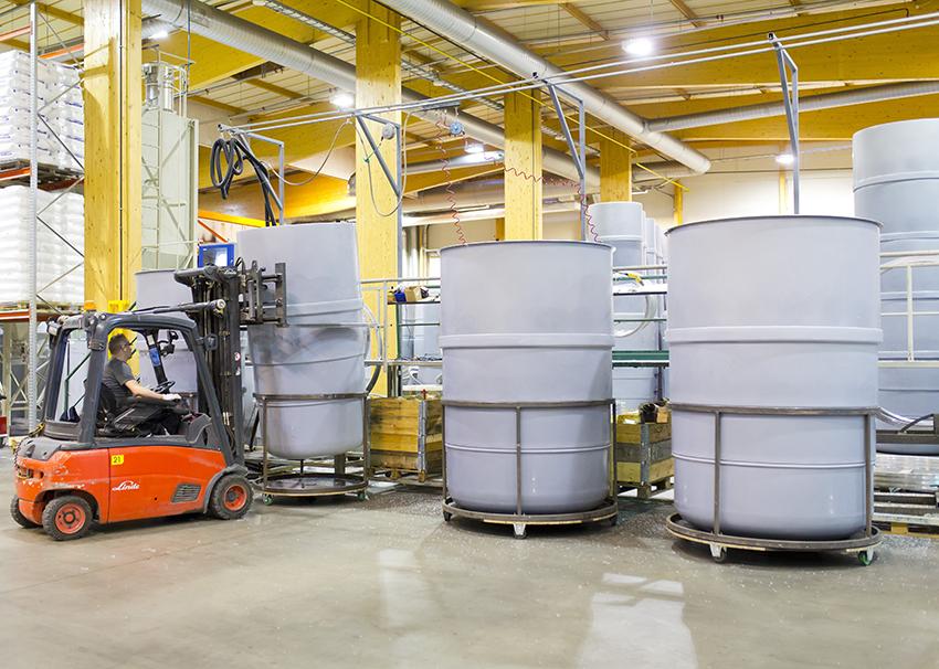 Trukki nostaa juuri valettua syväkeräysastian aihiota Molok Oy:n tehtaan tuotantotiloissa.