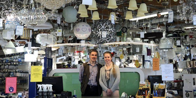 Nokian sähkötalon yrittäjä Olli Sorva ja hänen tyttärensä Suvi Sorva myymälätiskin takana.