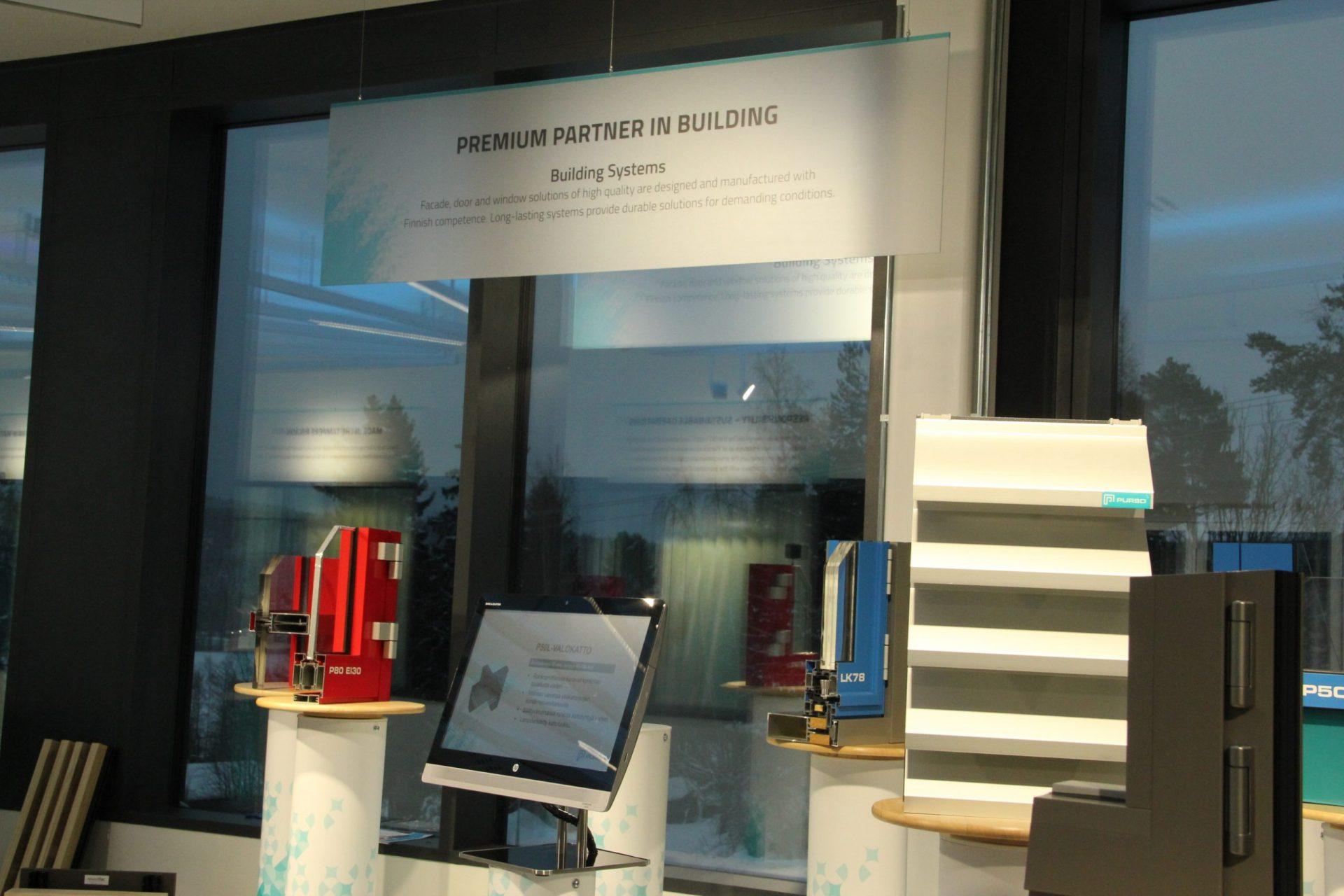 Purson tehtaalla sijaitsevassa showroomissa on esillä yrityksen valmistamia alumiinituotteita.