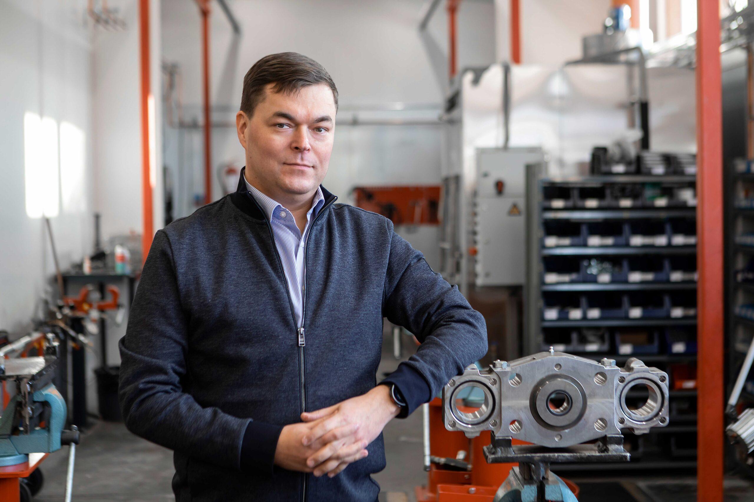 Dooforin toimitusjohtaja Kalle Kuusento seisoo yrityksen tuotantotiloissa ja nojaa valmisteilla olevaan poraan.
