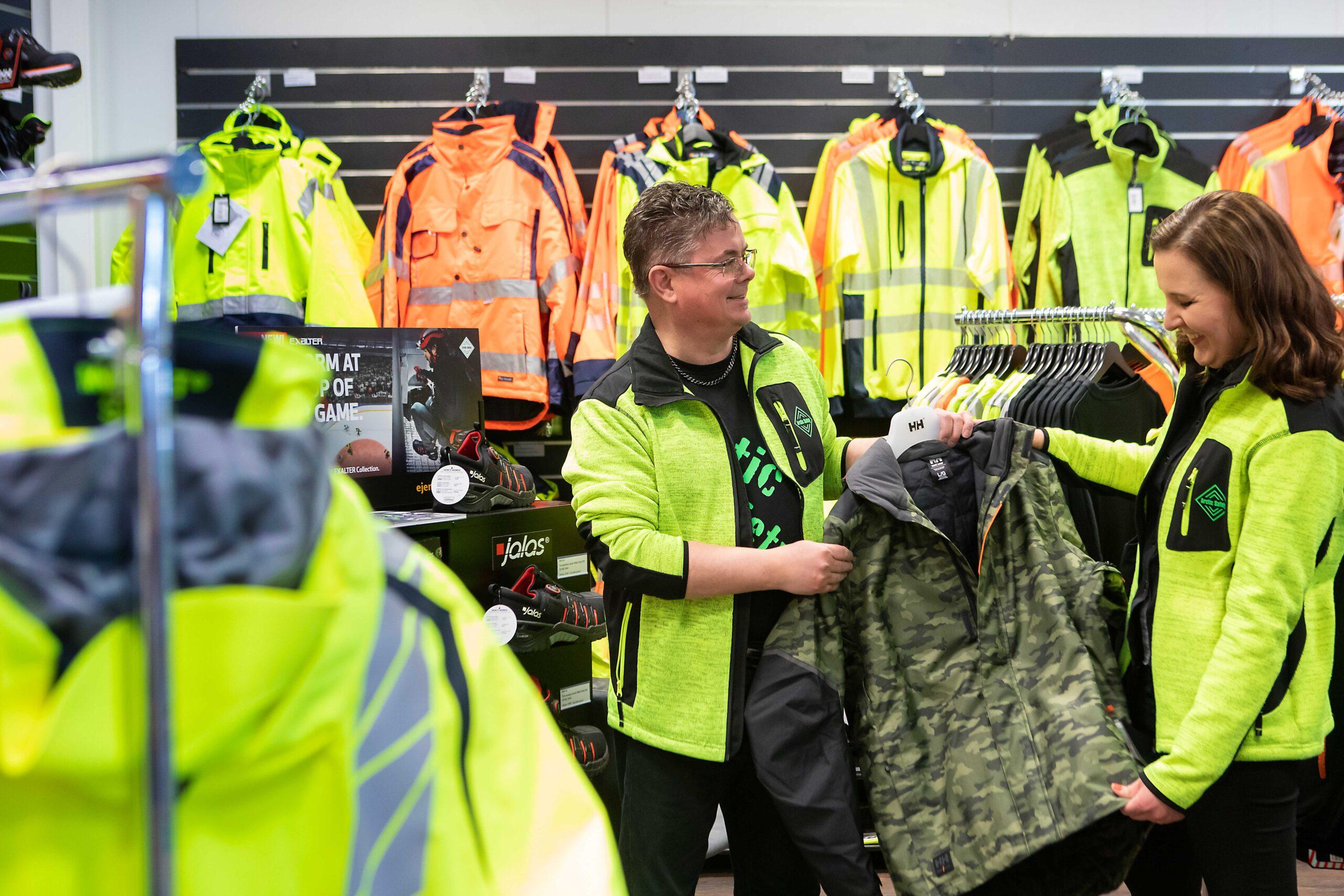 Arctic Safetyn Mika Korpiaho ja Hanne Nurmi esittelevät uutta maastokuvioista työtakkia.