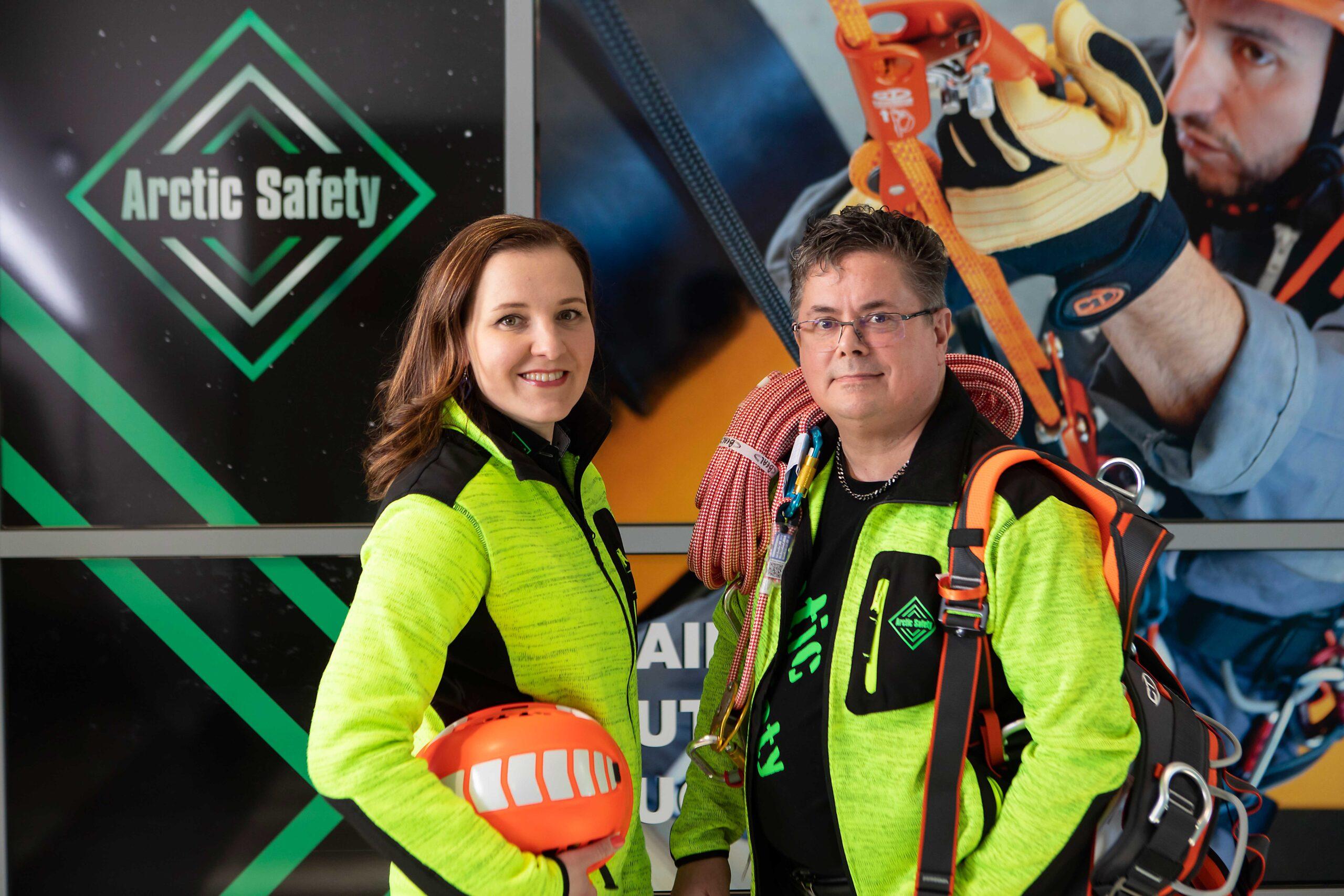 Arctic safetyn yrittäjät Hanne Nurmi ja Mika Korpiaho pukeutuneina yrityksensä myymiin keltaisiin työvaatteisiin.