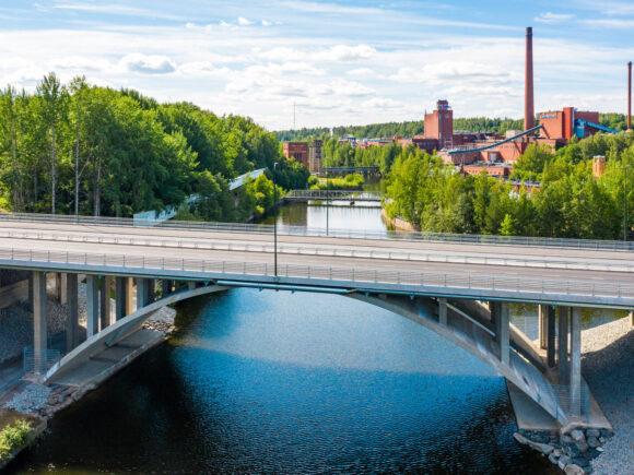 Emäkosken sillan takaa näkyy Tehdassaari kesäisessä maisemassa.