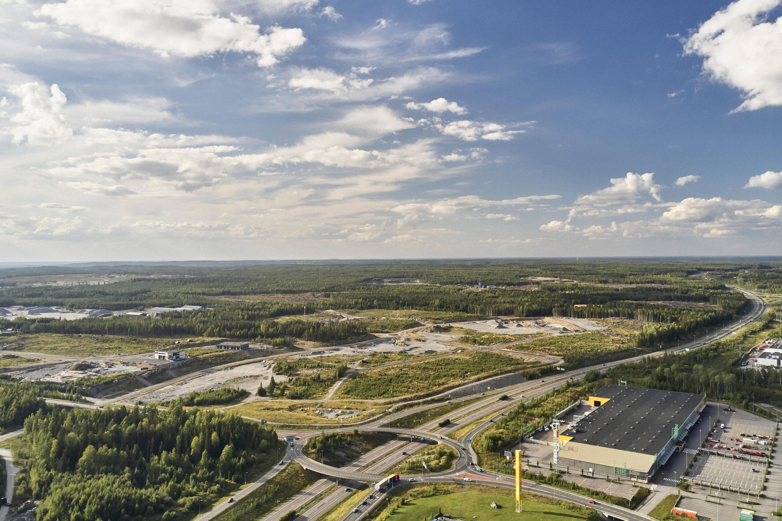 Nokian Kolmenkulmassa valtateiden risteysalueelle on valmistunut kunnallistekniikkaa, uusia teitä ja yritystontteja.
