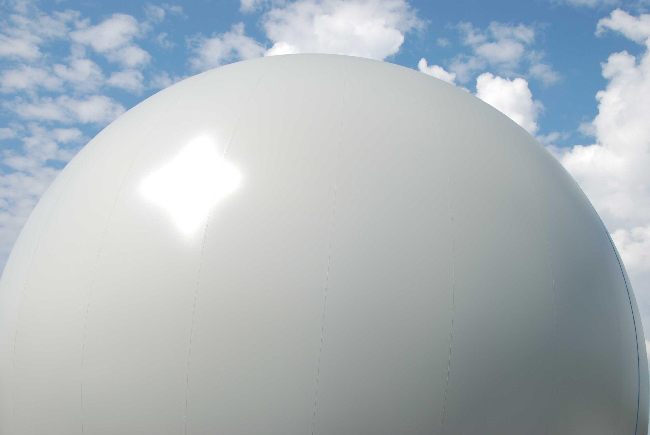 Harmaa kuplamainen kaasupallo, joka varastoi biolaitoksen tuottamaa biokaasua.